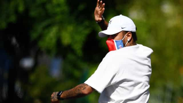 Neymar sofre contratura muscular, mas deve se apresentar normalmente à seleção