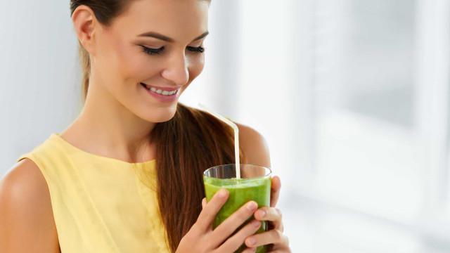 Acelere o metabolismo e perca peso com este suco verde com laranja