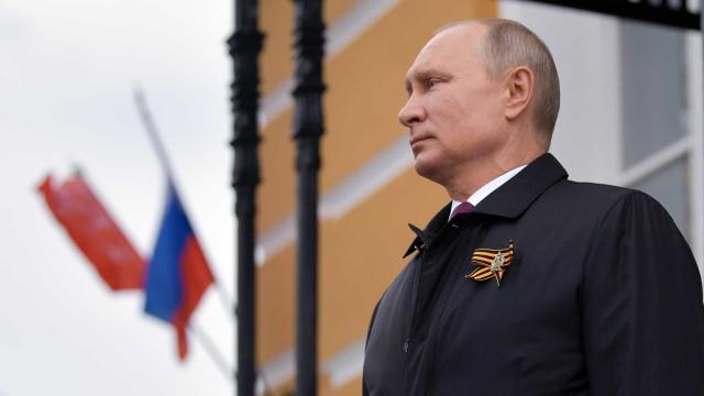 Oferta militar de Putin é aviso ao Ocidente, mas não alivia Lukachenko
