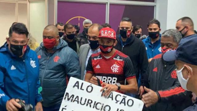 Chileno Mauricio Isla chega ao Rio e é recebido pela torcida do Flamengo