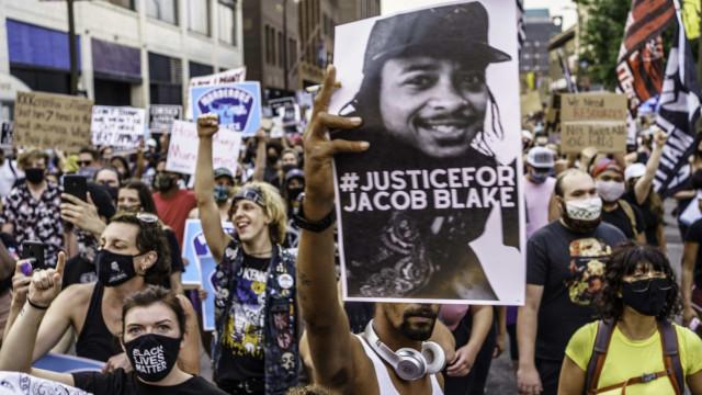 Jacob Blake está paralisado após ser alvejado por policial em Wisconsin