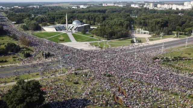 Milhares de manifestantes driblam polícia e protestam contra ditador da Belarus