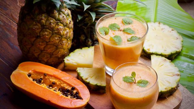 O suco de abacaxi e papaia que desincha a barriga