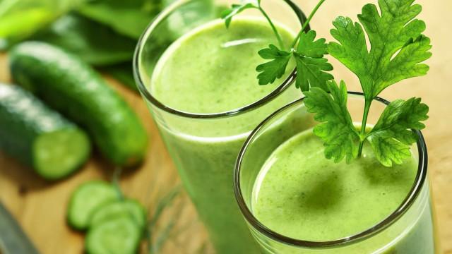 Perca peso com este suco verde de pepino e hortelã
