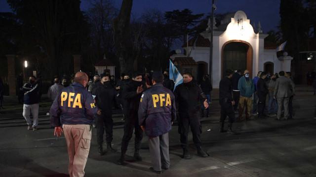 Pelo 3º dia seguido, policiais protestam por salários na Argentina