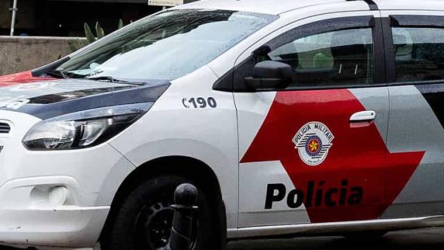 Homem é morto a tiros em carro de luxo na Grande São Paulo