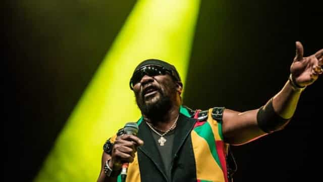 Morre Toots Hibbert, pioneiro e lenda do reggae, aos 77 anos na Jamaica