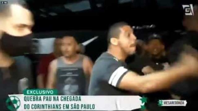 Jogadores do Corinthians enfrentam protesto e correm em aeroporto