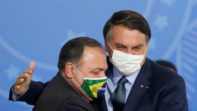 Ao lado de Pazuello, Bolsonaro volta a recomendar hidroxicloroquina