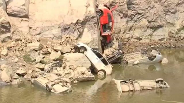 Carros aparecem após água baixar em pedreira do interior de SP