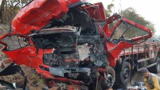 Acidente entre caminhão e van deixa 13 mortos em rodovia de Minas
