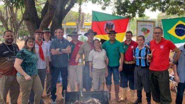 Bolsonaro vai a comemoração do Dia da Revolução Farroupilha