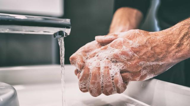Sim, lavar muito as mãos deixa a pele seca. Saiba o que fazer