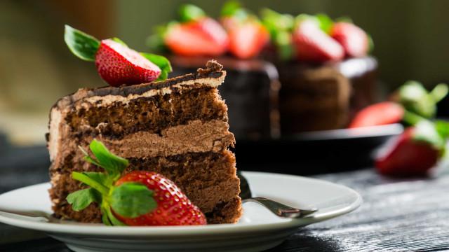 Este bolo de chocolate e morangos light merece sua atenção