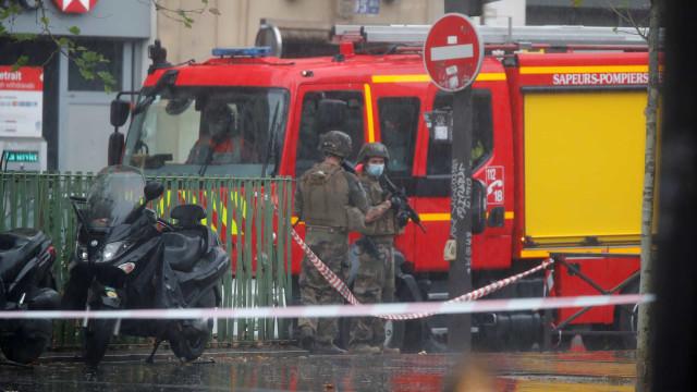 Paris: ataque junto a antiga sede do Charlie Hebdo deixa quatro feridos