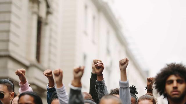 """""""Declínio da democracia"""". Narcisistas se envolvem mais em ações políticas"""