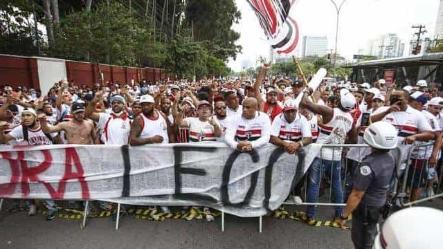 Torcida do São Paulo faz protesto contra diretoria e jogadores em frente ao CT