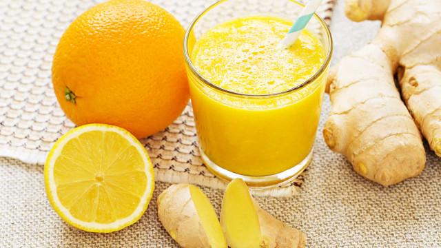 O suco de laranja, limão e gengibre que reduz a celulite