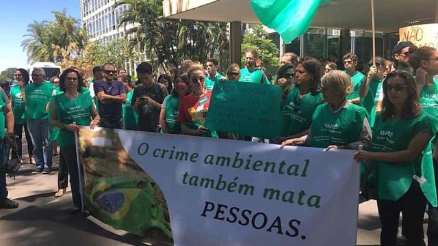Manifestantes protestam contra política ambiental de Bolsonaro em Brasília