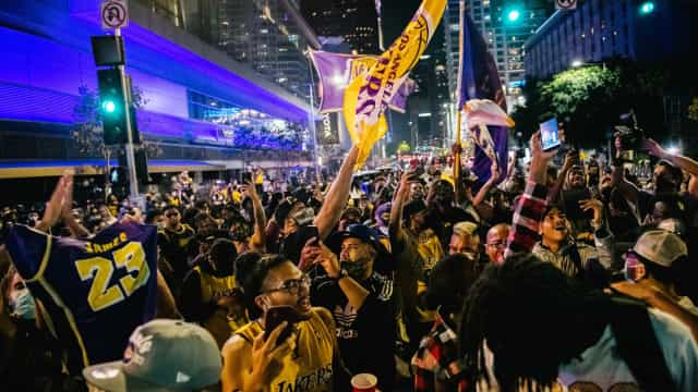 Torcedores dos Lakers se aglomeram em Los Angeles para celebrar 17º título da NBA