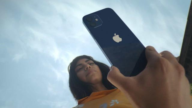 Popularidade do iPhone 12 leva Apple a aumentar produção