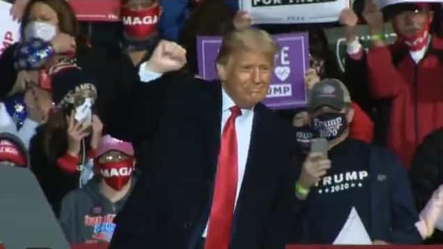 Para provar que é imune, Trump diz que beijaria homem, 'mas não com prazer'