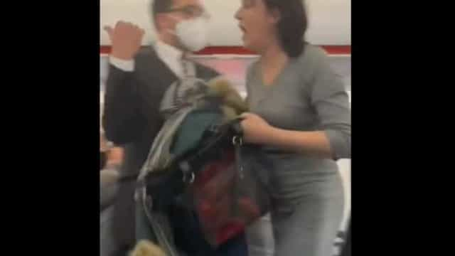 Expulsa de voo por não usar máscara... tosse para cima de passageiros