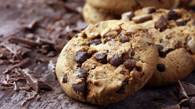 É viciado em chocolate? Faça estes cookies com apenas três ingredientes