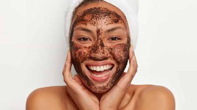 O peeling caseiro com café e mel que rejuvenesce a pele