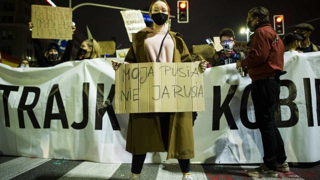 Pelo 5º dia seguido, protestos fecham ruas na Polônia após Justiça proibir aborto