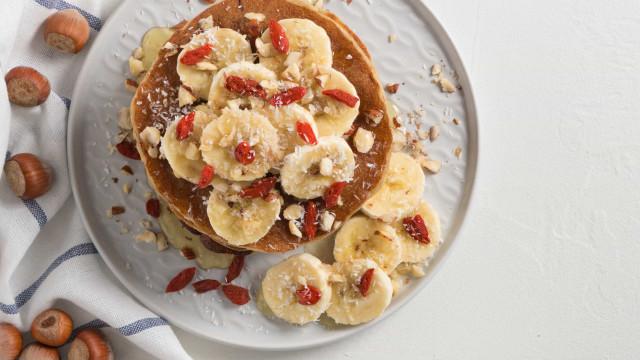 Comece o dia com deliciosas panquecas de banana e aveia