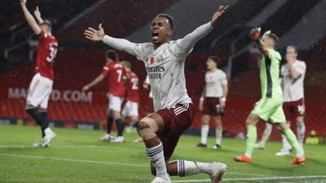 Arsenal bate o Manchester United, quebra tabu de 14 anos e se recupera no Inglês