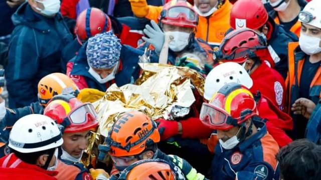 Após 65h, menina de 3 anos é resgatada de escombros em terremoto na Turquia