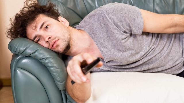 Quantas horas diárias passa no sofá? Os efeitos para o seu corpo