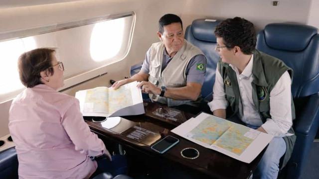 Mourão e ministros sobrevoam Amazônia com diplomatas de vários países