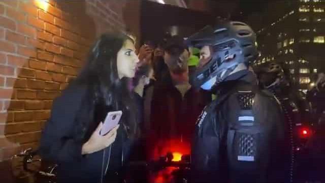 Tensão em Nova York: Mulher cospe no rosto de um policial e é detida
