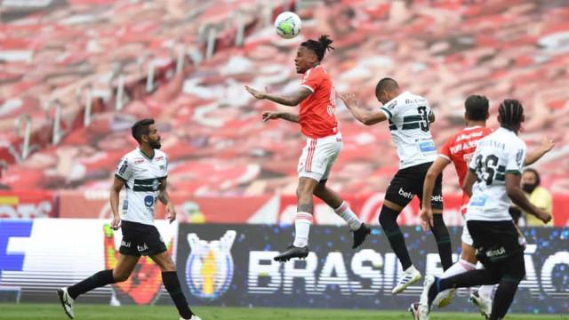 Internacional fica no empate em casa contra o Coritiba e tem a liderança ameaçada