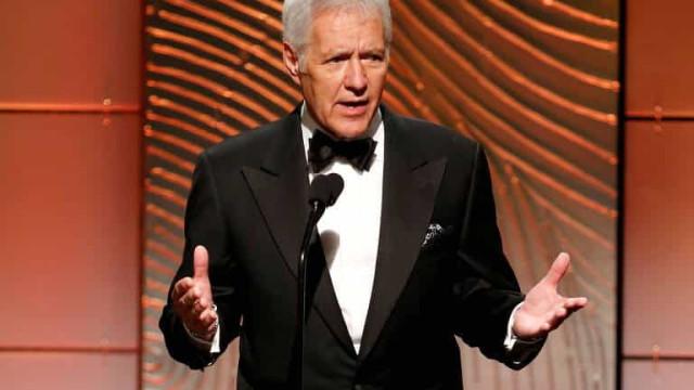 Alex Trebek, apresentador do jogo de perguntas 'Jeopardy!', morre aos 80 anos