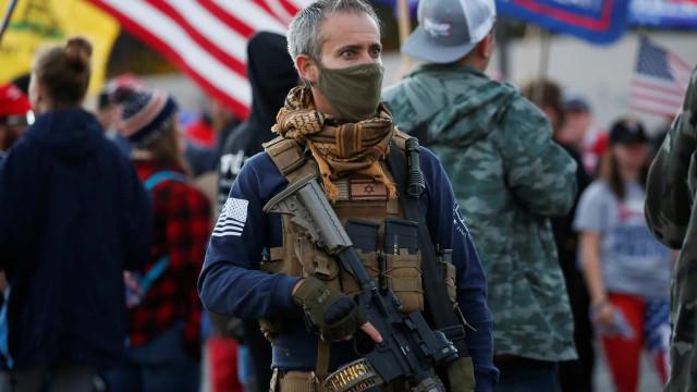 'Parem o Roubo'. Apoiadores de Trump protestam contra vitória de Biden