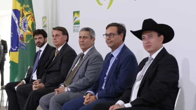 Fora do microfone, Bolsonaro promete vetar aumento de imposto para Turismo