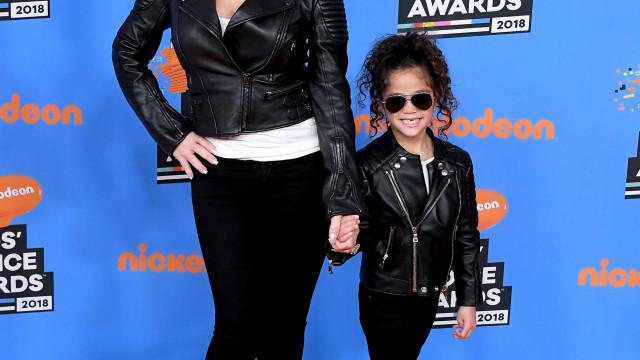 Em modo diva, filha de Mariah Carey experimenta peças da linha de Beyoncé
