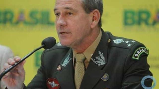 Ministro e chefes de tropas tentam amenizar crise
