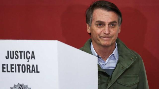 Bolsonaro vota no Rio com ampla estrutura, mas sem apoiadores