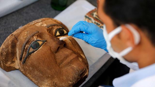 Cem sarcófagos com mais de 2.500 anos são descobertos no Egito