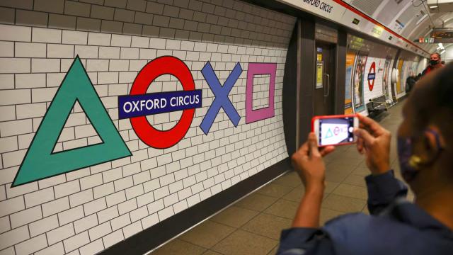 PlayStation 5 'invade' estação de metrô em Londres