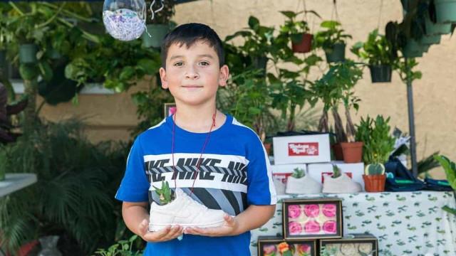 Negócio de venda de plantas de menino ajuda família a sair da pobreza