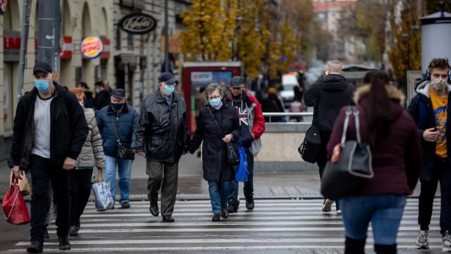 Nova alta de casos nos EUA e na Europa reflete efeito da reação à Covid