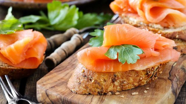 O leitor pergunta: Afinal, o salmão defumado é saudável?