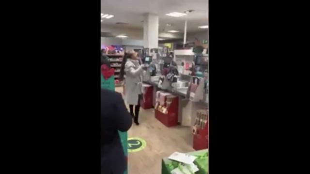 Mulher cospe em funcionário após ter cartão de débito recusado