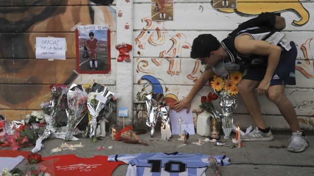 Nas ruas de Buenos Aires, argentinos choram morte de Maradona